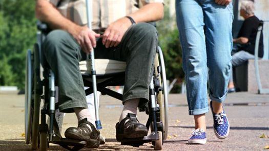 wheelchair_disabled_pram_legs_help_crutch_gym_shoes_old-521906